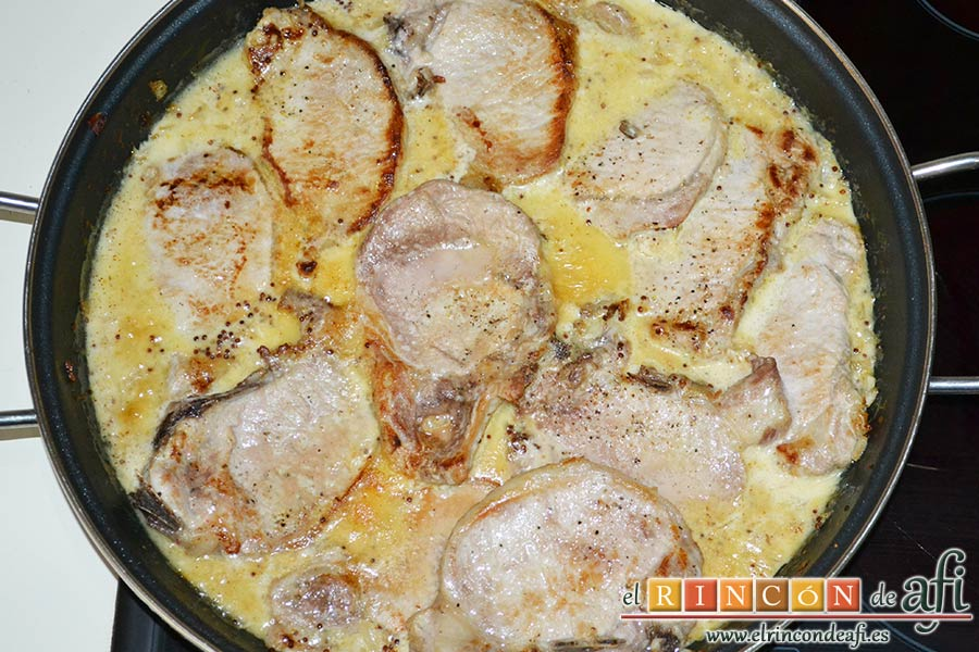 Chuletas de cerdo con salsa de mostaza antigua, hornear
