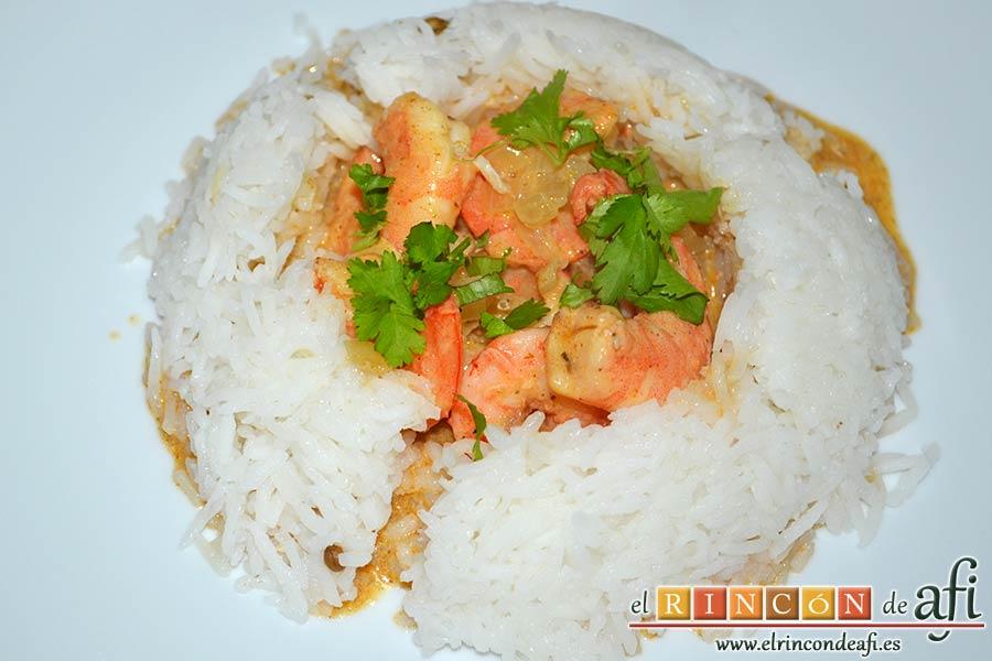 Curry de langostinos y leche de coco con arroz basmati