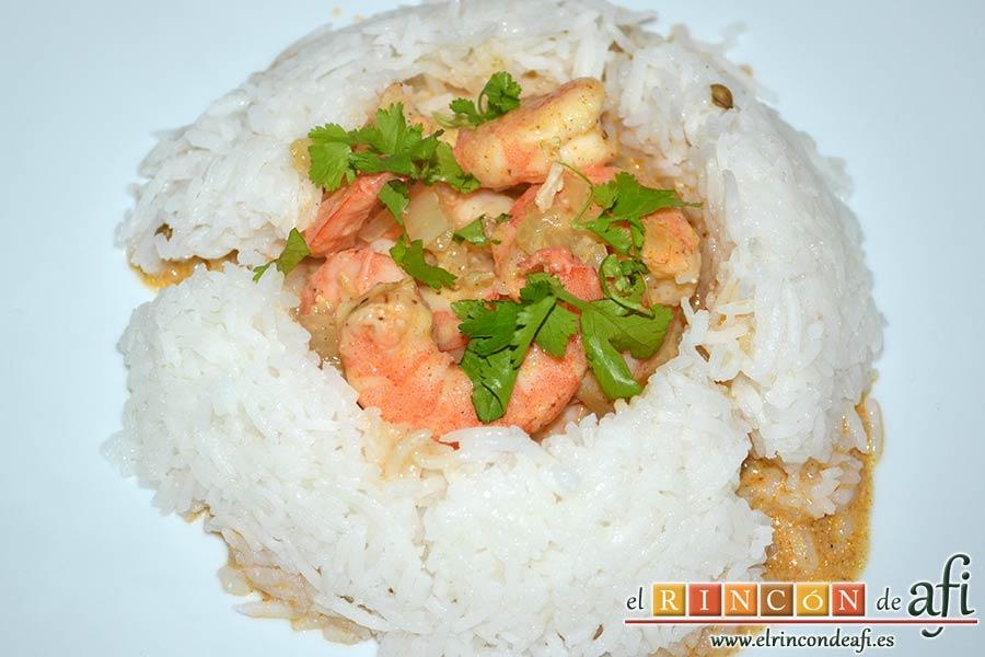 Curry de langostinos y leche de coco con arroz basmati, sugerencia de presentación