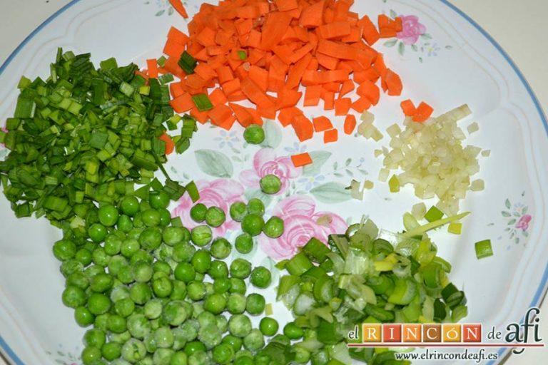Ensalada de arroz con verduras, picar las verduras