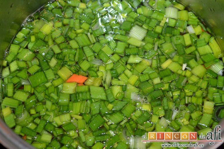 Ensalada de arroz con verduras, echar en un caldero las verduras con agua hirviendo