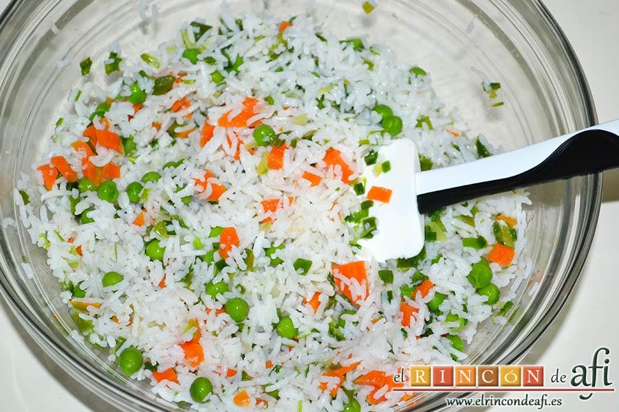 Ensalada de arroz con verduras, mezclar