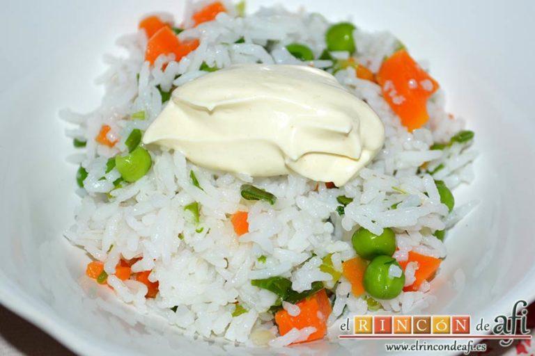 Ensalada de arroz con verduras, poner una porción del aliño encima