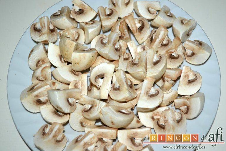 Estofado de solomillo de cerdo estilo Afi, limpiar los champiñones y cortarlos en cuartos