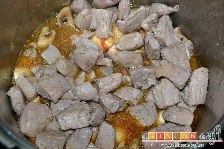 Estofado de solomillo de cerdo estilo Afi, añadir los solomillos