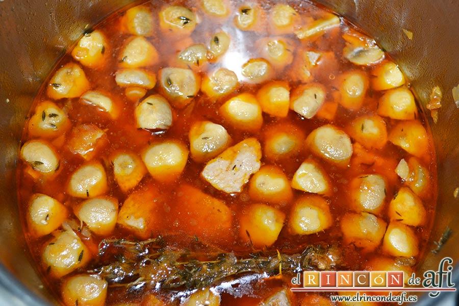 Estofado de solomillo de cerdo estilo Afi, dejar cocinar y comprobar el estado de la carne