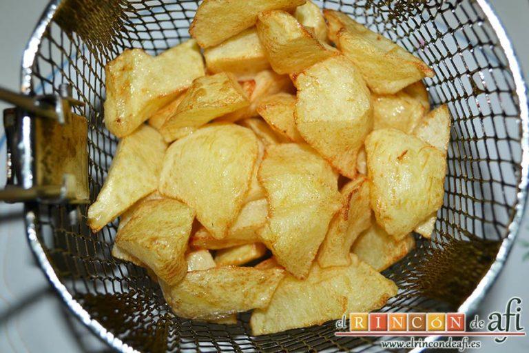 Estofado de solomillo de cerdo estilo Afi, freír las papas en cuadraditos