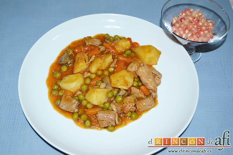 Estofado de solomillo de cerdo estilo Afi, servir el estofado con la granada