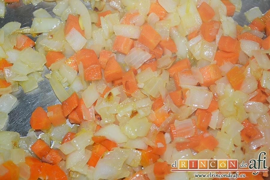 Gratinado de papas y carne, añadir las zanahorias y las cebollas
