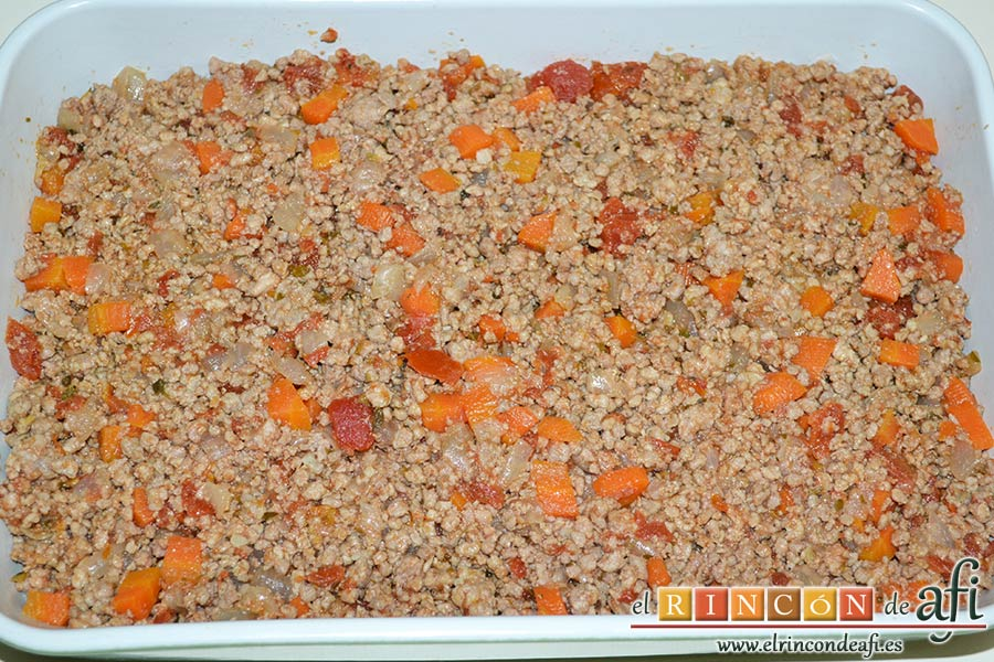 Gratinado de papas y carne, extender encima la carne con verduras