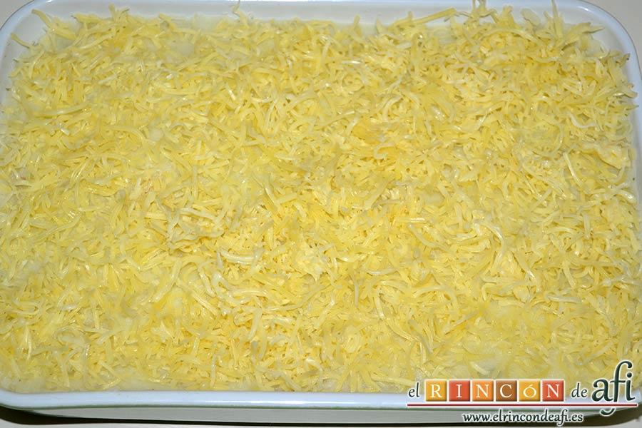Gratinado de papas y carne, poner queso rallado por encima