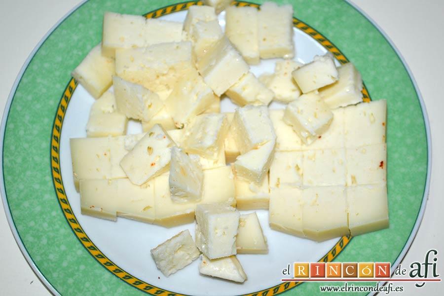 Tarta hojaldrada de papas con queso semicurado y lacón, cortar el queso