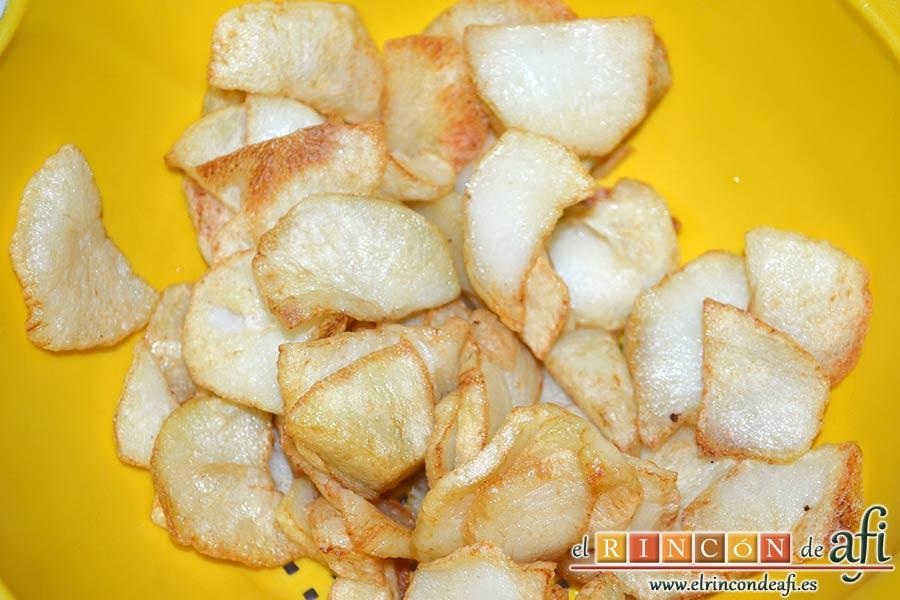 Tarta hojaldrada de papas con queso semicurado y lacón, cortar y freír las papas