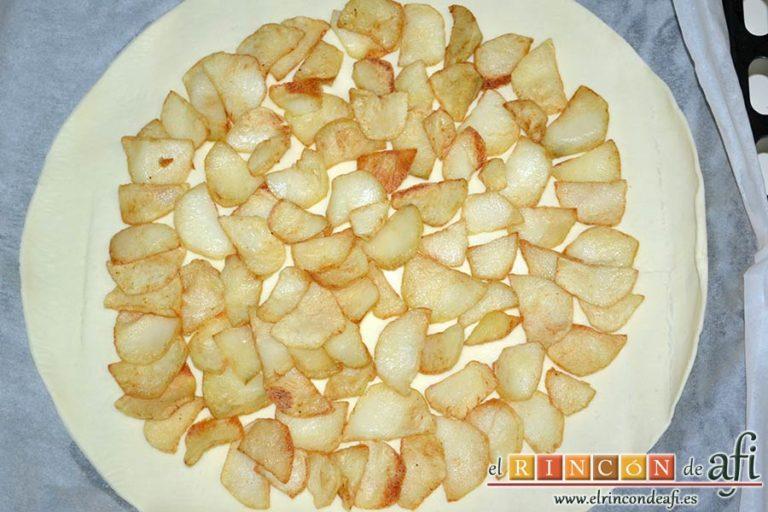 Tarta hojaldrada de papas con queso semicurado y lacón, distribuir encima las papas