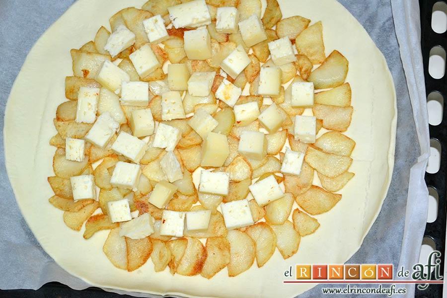 Tarta hojaldrada de papas con queso semicurado y lacón, añadir el queso