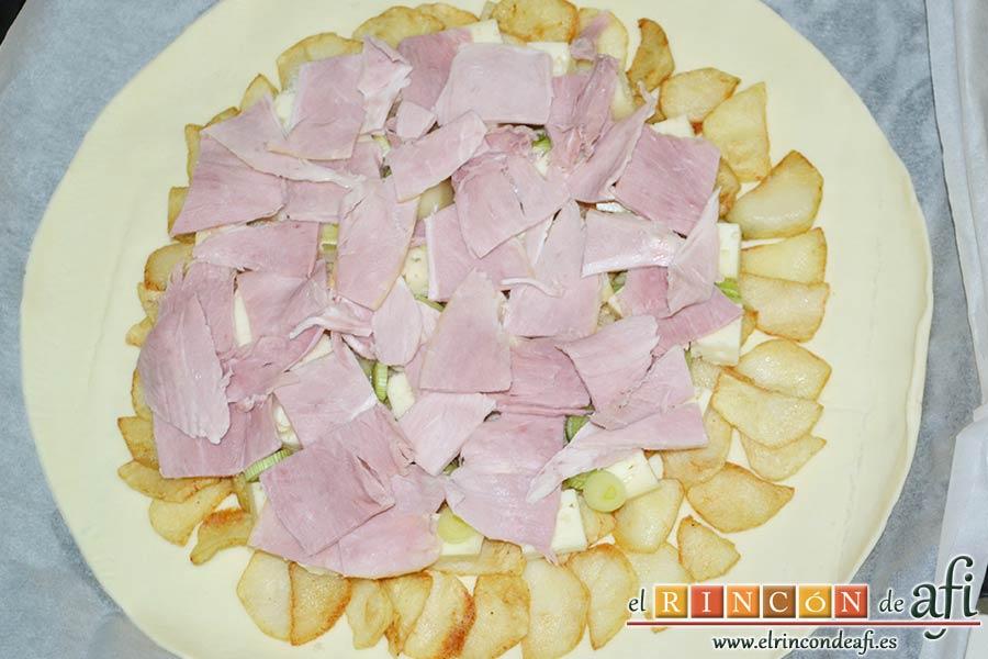 Tarta hojaldrada de papas con queso semicurado y lacón, cubrir con lacón
