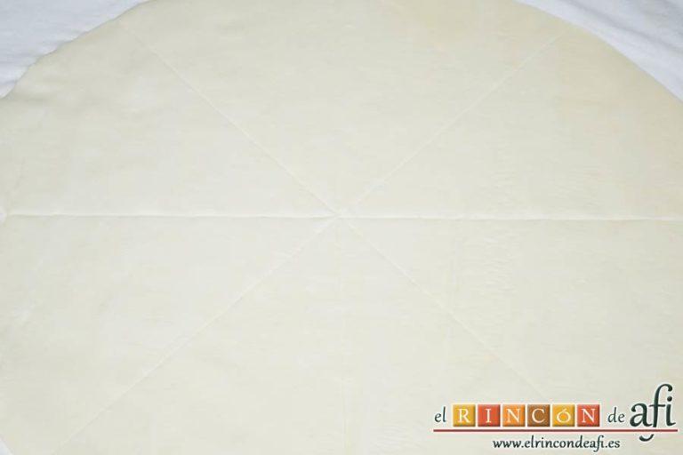 Tarta hojaldrada de papas con queso semicurado y lacón, hacer marcas con la otra lámina de hojaldre