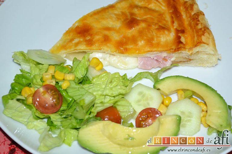 Tarta hojaldrada de papas con queso semicurado y lacón, sugerencia de presentación