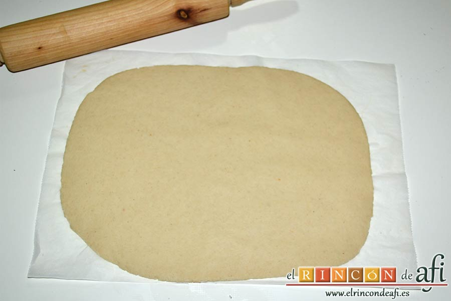 Empanada de langostinos y cebolla caramelizada, amasar el trozo de masa más grande