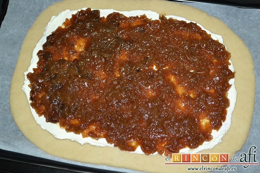 Empanada de langostinos y cebolla caramelizada, volcar la cebolla caramelizada