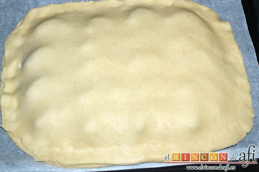 Empanada de langostinos y cebolla caramelizada, tapar la base con la otra masa