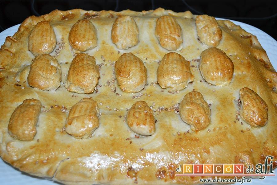 Empanada de langostinos y cebolla caramelizada, sacar del horno y dejar atemperar