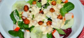 Ensalada de garbanzos tostados aromáticos, mix de lechugas y salsa de yogur