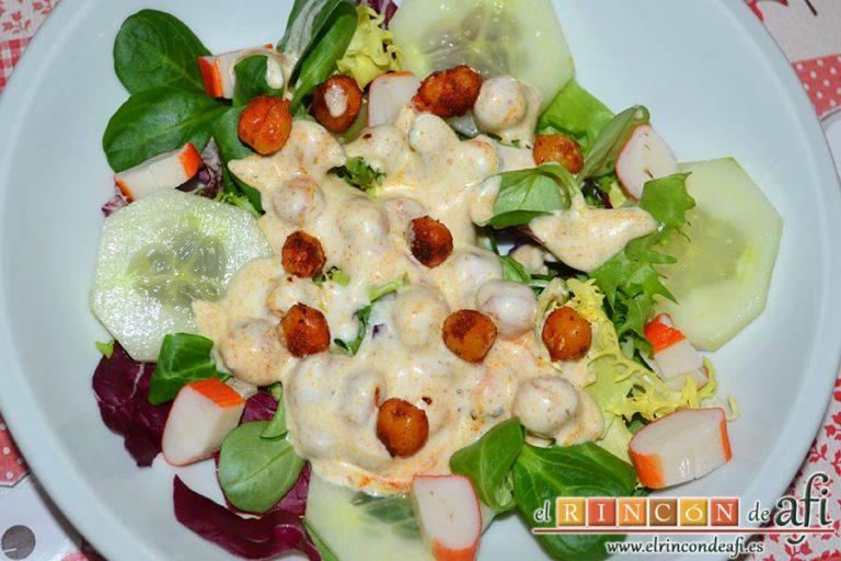 Ensalada de garbanzos tostados aromáticos, mix de lechugas y salsa de yogur, sugerencia de presentación
