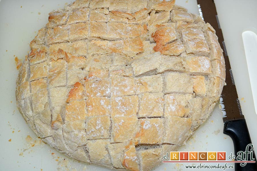 Pan erizo con queso y aceite de tomate y ajo, hacer cortes en la hogaza de pan