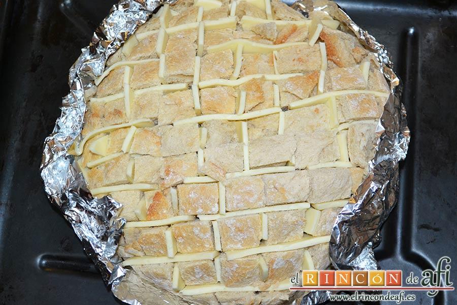 Pan erizo con queso y aceite de tomate y ajo, cerrarlo bien para que quede como un contenedor