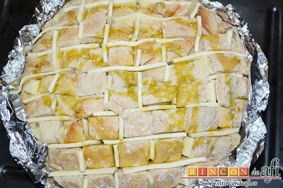 Pan erizo con queso y aceite de tomate y ajo, rociar con aceite de oliva