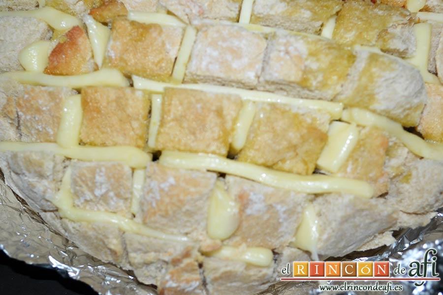 Pan erizo con queso y aceite de tomate y ajo, sacar del horno cuando esté el queso fundido