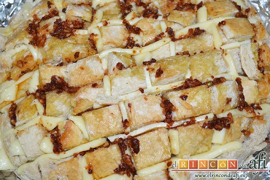 Pan erizo con queso y aceite de tomate y ajo, rociar con el aceite preparado