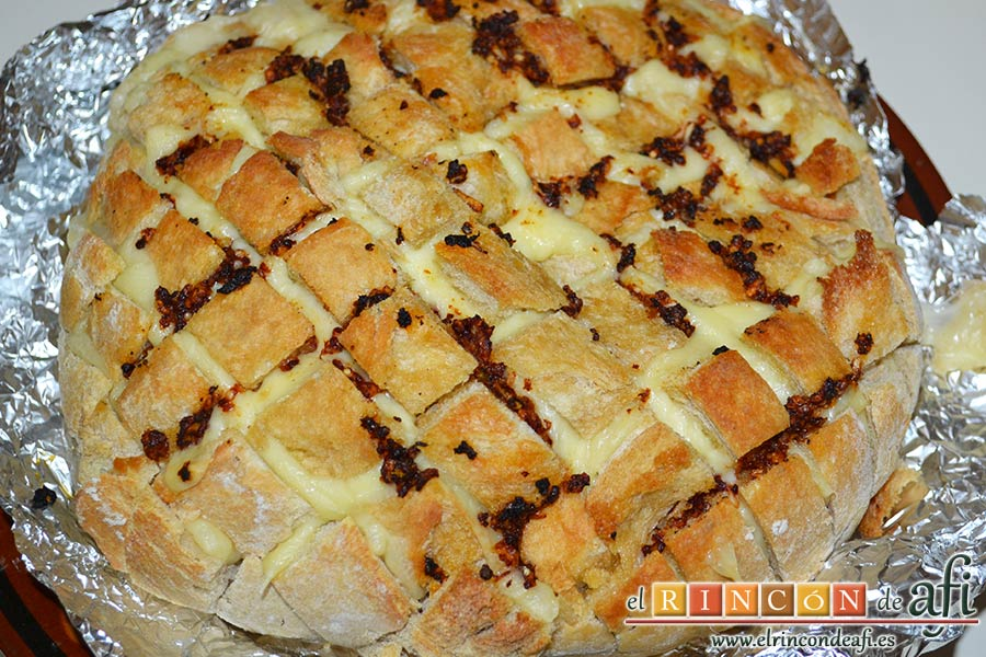 Pan erizo con queso y aceite de tomate y ajo, sugerencia de presentación