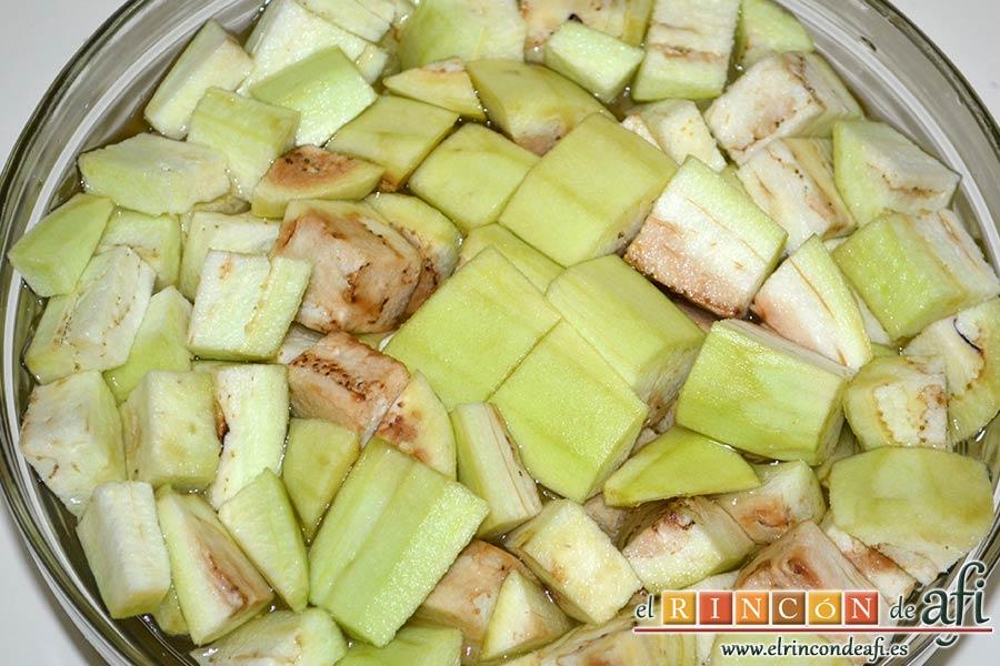 Pisto de verduras a la turca, pelarlas, cortarlas y ponerlas en un bol con agua fría y sal