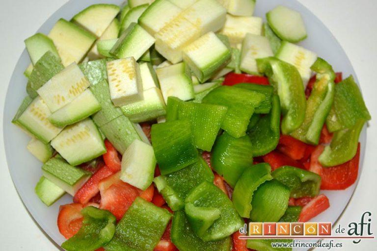 Pisto de verduras a la turca, trocear los pimientos y calabacines