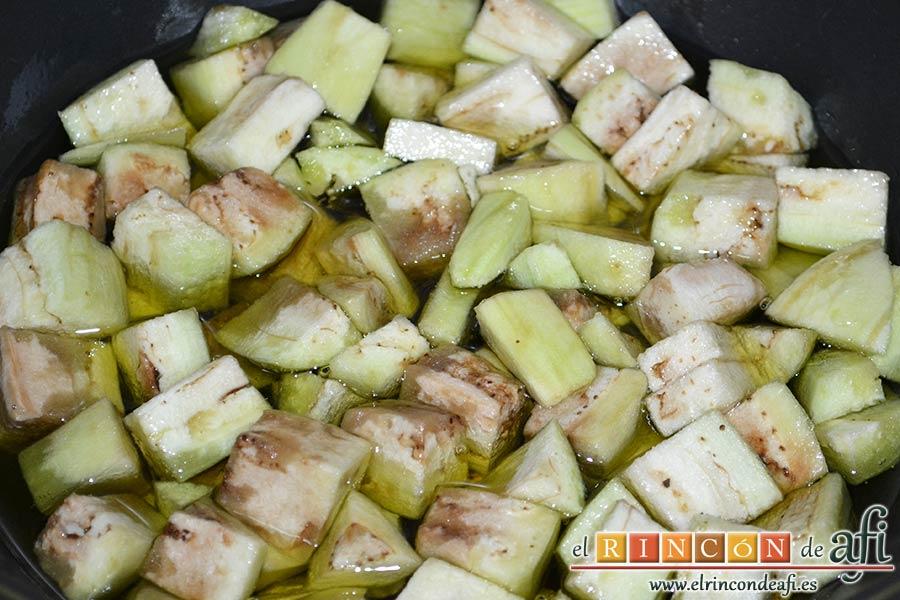 Pisto de verduras a la turca, freír la berenjena