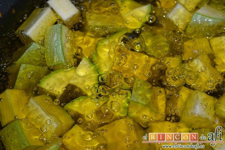 Pisto de verduras a la turca, freír los calabacines