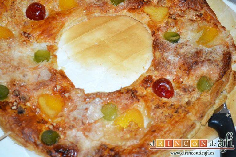 Roscón de hojaldre para Reyes, cortar la rosca a la mitad