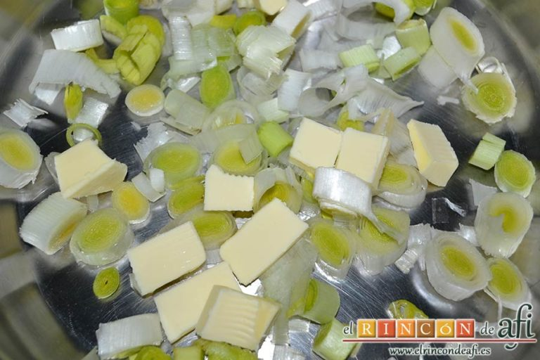 Sopa de papas, puerros y col, sofreírlos con mantequilla