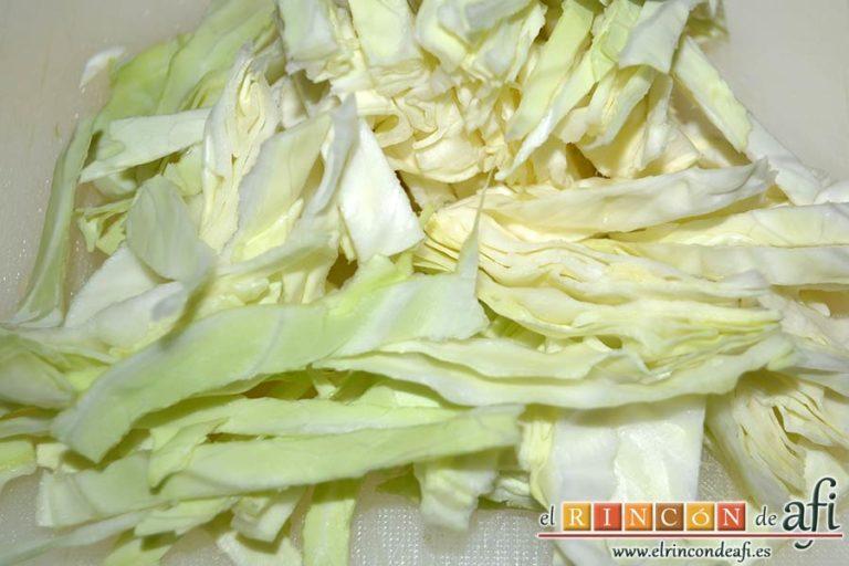 Sopa de papas, puerros y col, cortar la col en juliana