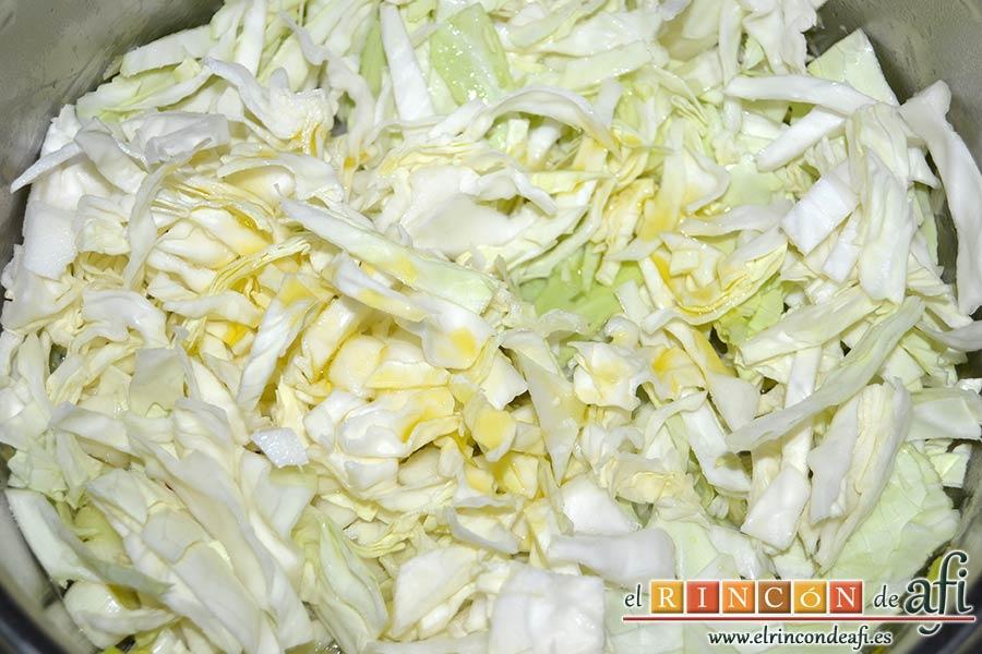 Sopa de papas, puerros y col, echarla al caldero con un poco de aceite de oliva virgen extra
