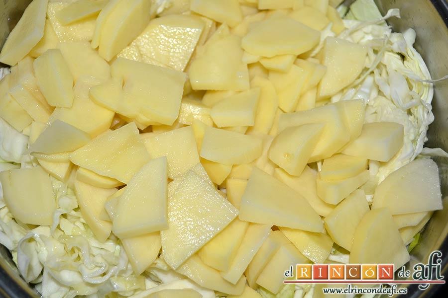 Sopa de papas, puerros y col, echarlas al caldero