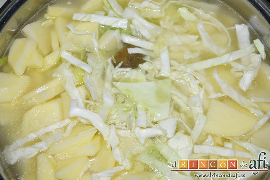 Sopa de papas, puerros y col, cubrir con agua y añadir una pastilla de caldo de verduras