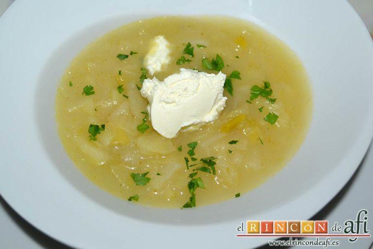 Sopa de papas, puerros y col, sugerencia de presentación