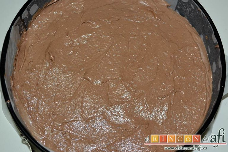 Tarta de Navidad, volcar la mezcla en un molde forrado y engrasado