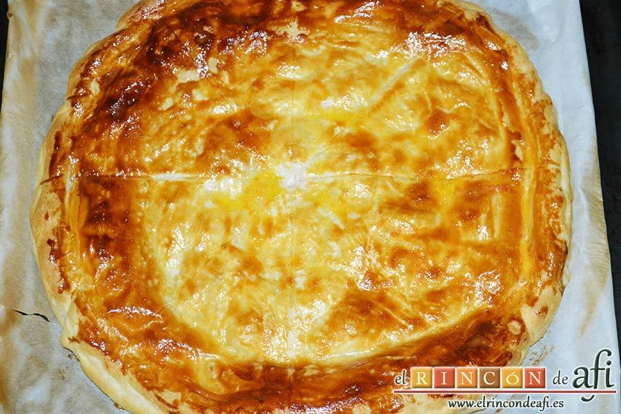 Tarta hojaldrada de papas con queso semicurado y lacón, sacar del horno