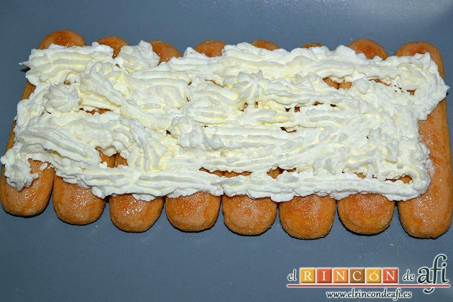 Tiramisú de frambuesas con almíbar de naranja, cubrirlos con una capa de crema de queso