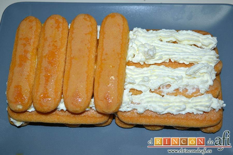 Tiramisú de frambuesas con almíbar de naranja, otra capa de queso crema