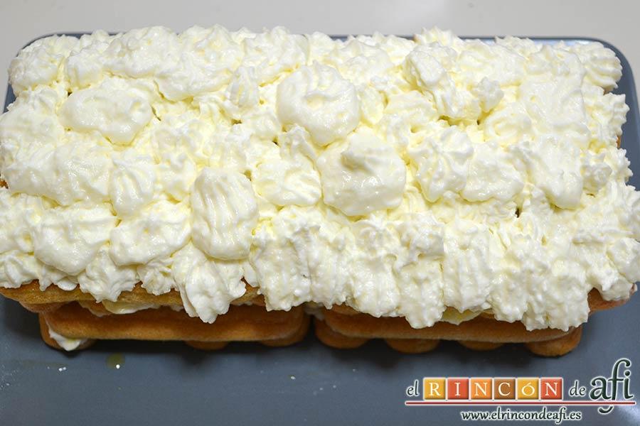 Tiramisú de frambuesas con almíbar de naranja, recubrir con el restante queso crema